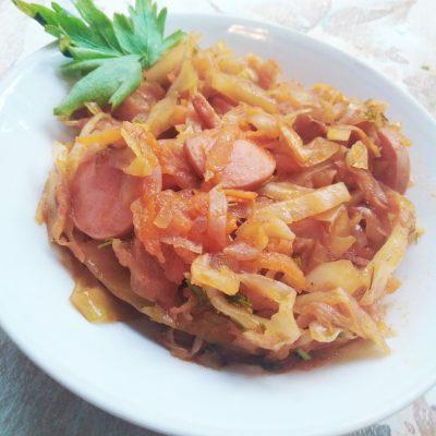 Тушеная капуста с сосисками в томате - рецепт с фото
