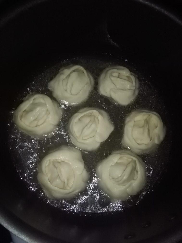 Фото рецепта - Манты с мясом и картошкой на сковороде - шаг 4