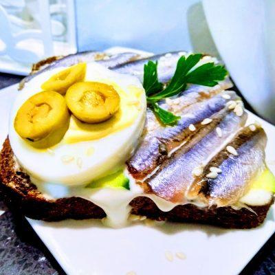 Быстрые бутерброды с анчоусами на ржаном хлебе - рецепт с фото