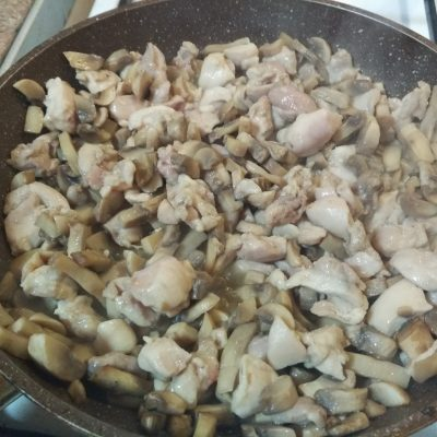 Фото рецепта - ПП-рецепт: Тушеная курица с грибами в молоке - шаг 4