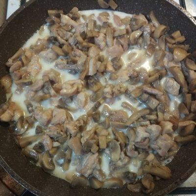 Фото рецепта - ПП-рецепт: Тушеная курица с грибами в молоке - шаг 6