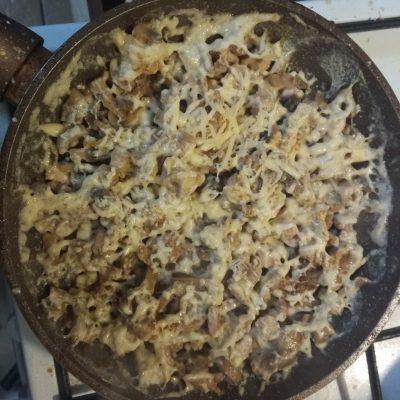 Фото рецепта - ПП-рецепт: Тушеная курица с грибами в молоке - шаг 7