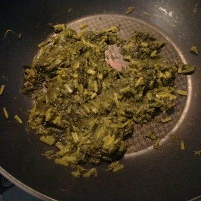 Фото рецепта - Киш с колбасой, щавелём и сыром с плесенью - шаг 3
