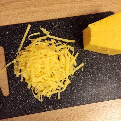 Фото рецепта - Сладкая пицца с ветчиной и ананасами - шаг 6