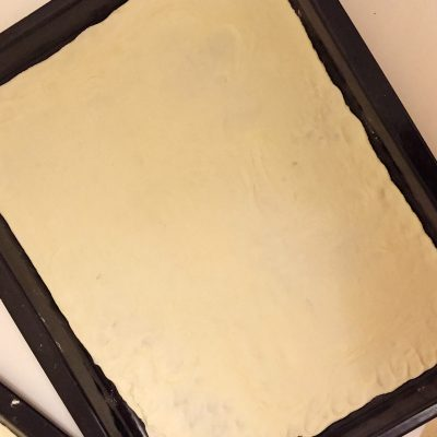 Фото рецепта - Сладкая пицца с ветчиной и ананасами - шаг 7