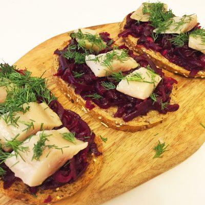 Бутерброды с сельдью и свеклой - рецепт с фото