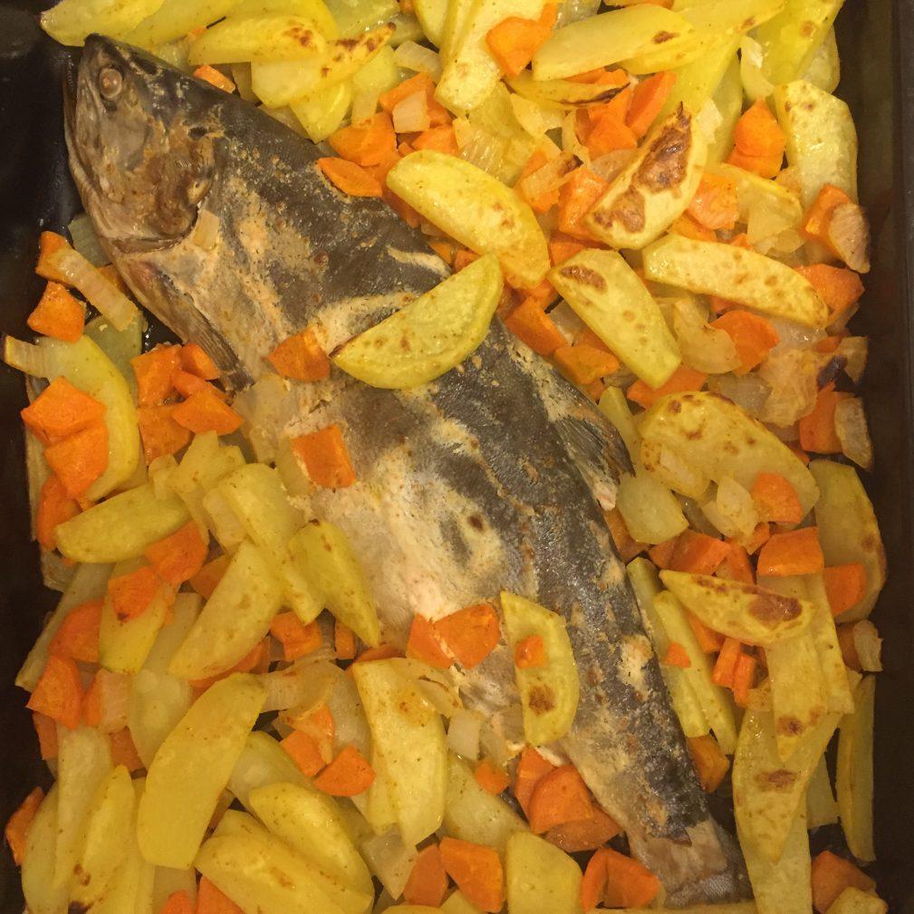 Фото рецепта - «Ленивая» горбуша с овощами в духовке - шаг 4