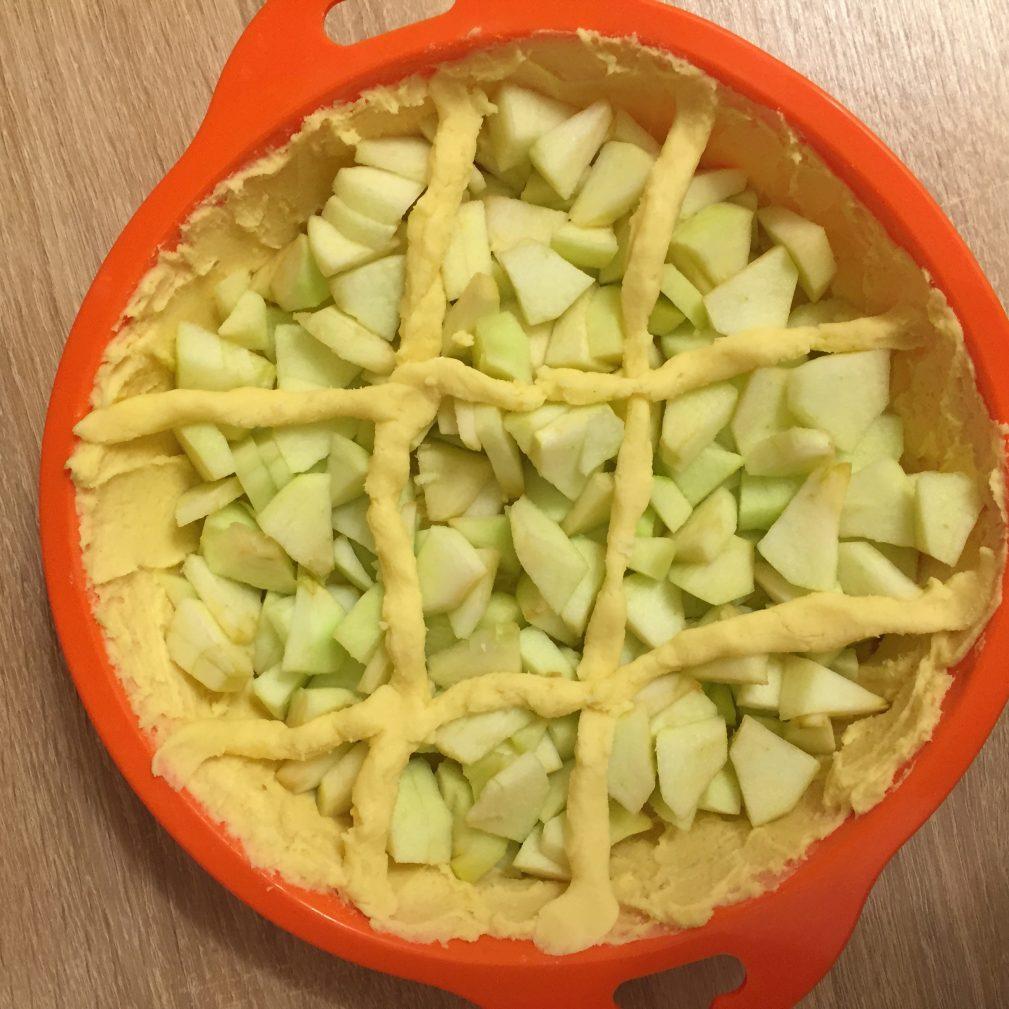 Фото рецепта - Яблочный пирог под сметанным кремом - шаг 5