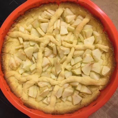 Фото рецепта - Яблочный пирог под сметанным кремом - шаг 8