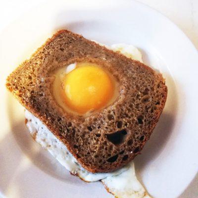 Яичница в хлебе - рецепт с фото