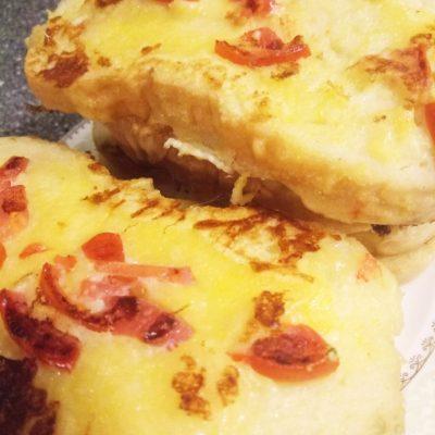 Молочные гренки с сыром и помидорами - рецепт с фото