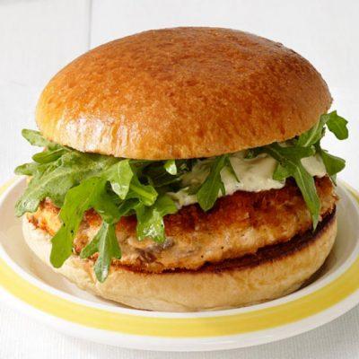 Бургер с котлетой из минтая и рукколой - рецепт с фото