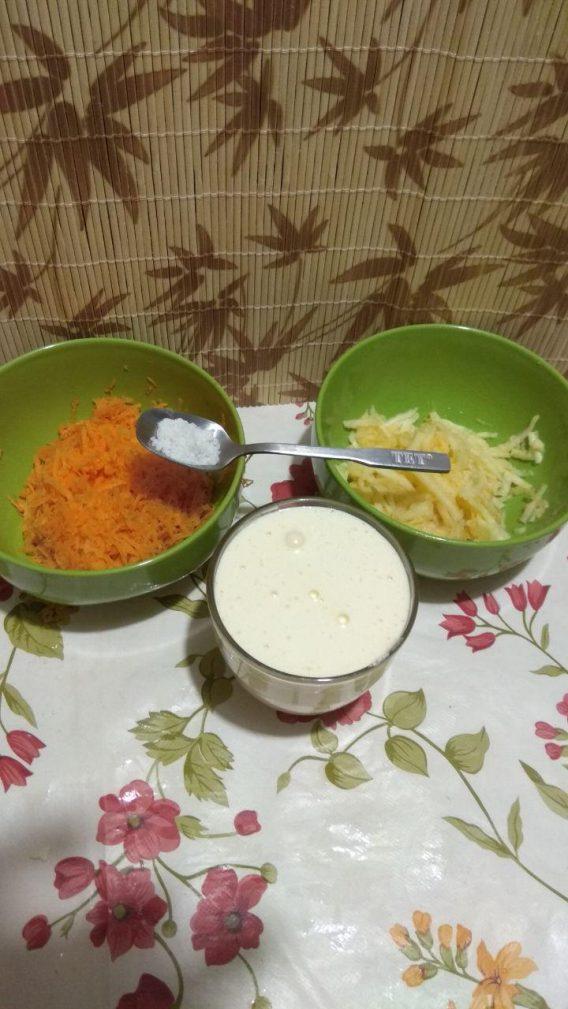 Фото рецепта - Творожная запеканка с яблоком, морковью, куркумой и корицей - шаг 2