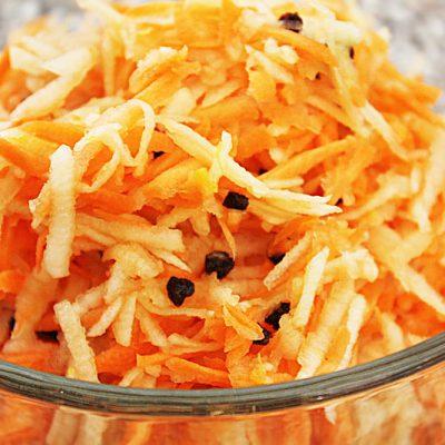 Салат из моркови и яблока с цитрусовой заправкой - рецепт с фото