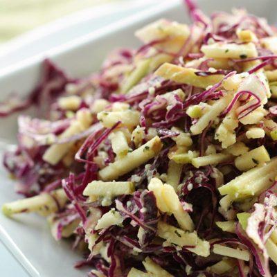 Салат из краснокочанной капусты с яблоком - рецепт с фото