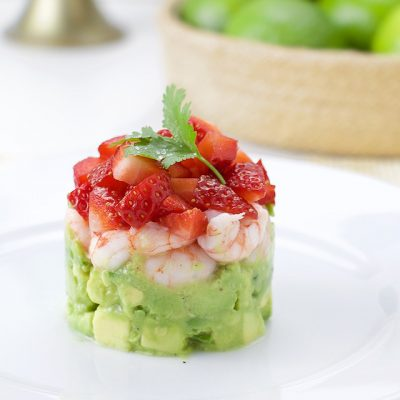 Салат-коктейль или тартар из клубники, креветок и авокадо - рецепт с фото