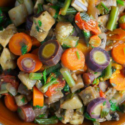 Теплый салат из баклажанов с грибами и овощами - рецепт с фото