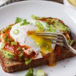 Тост с яйцом, томатами и авокадо