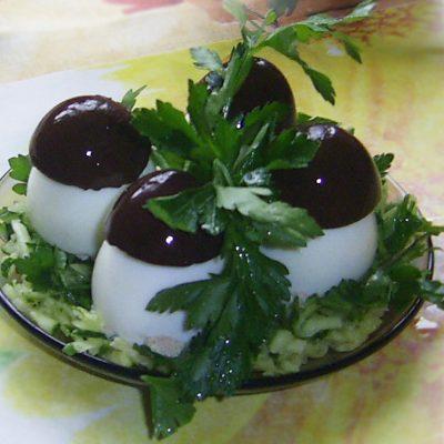 Закуска «Грибочки» из фаршированных яиц - рецепт с фото