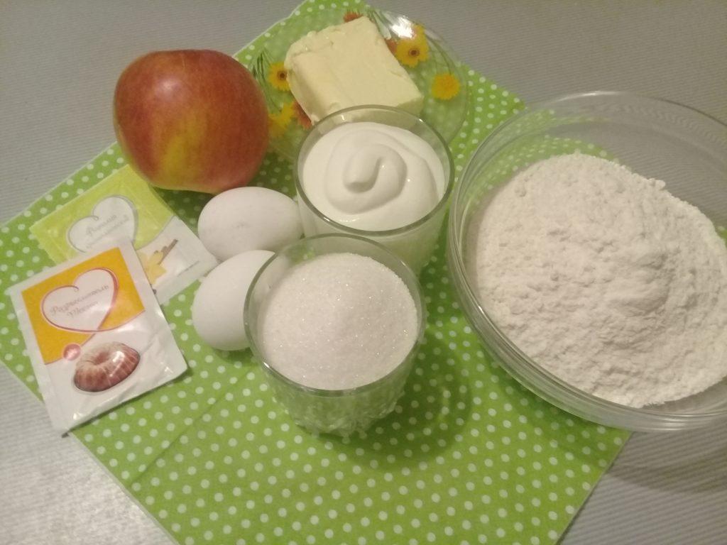 Фото рецепта - Бисквит с яблоками - шаг 1