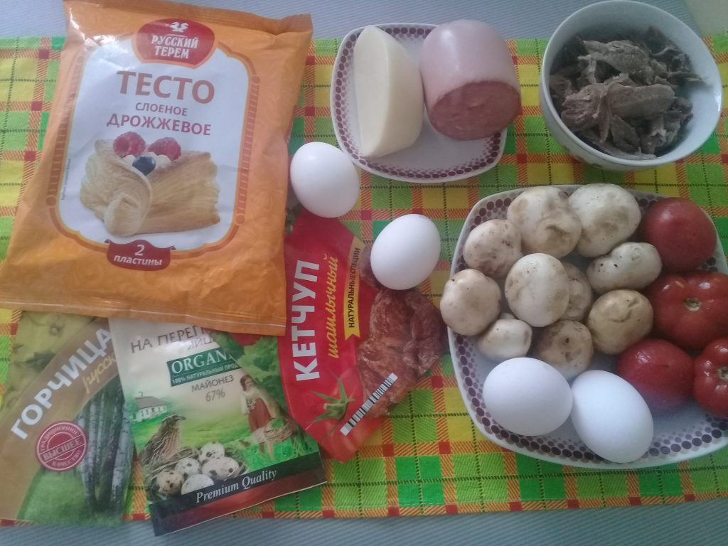 Фото рецепта - Пицца «Ассорти» из замороженного теста с мясом, сыром и грибами - шаг 1