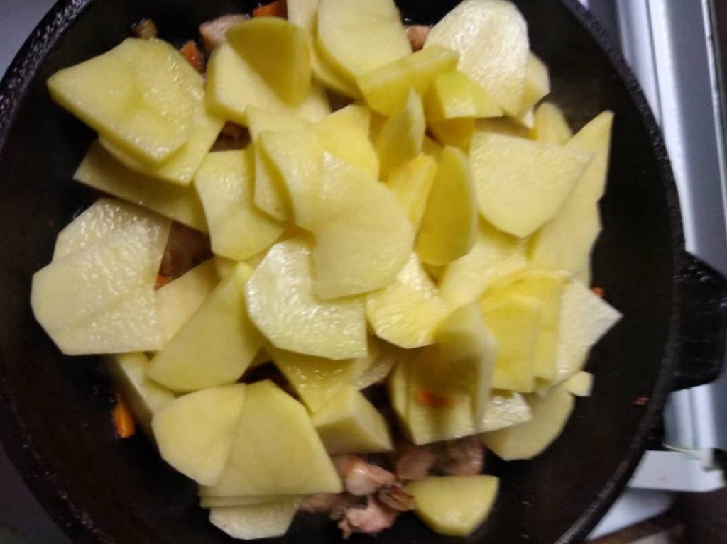 Фото рецепта - Курица с картошкой по-деревенски - шаг 4