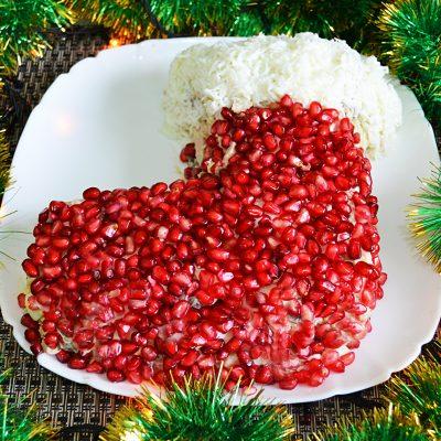 Новогодний салат «Сапожок» из овощей с колбасой и грибами - рецепт с фото