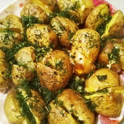Печеный картофель на гарнир - рецепт с фото