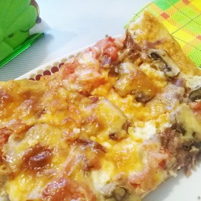 Пицца «Ассорти» из замороженного теста с мясом, сыром и грибами - рецепт с фото