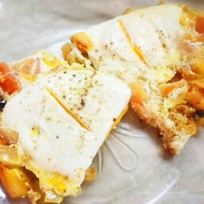 Яичница с помидорами и луком на завтрак - рецепт с фото