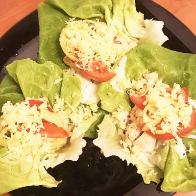Диетическая закуска-салат с помидорами и курицей - рецепт с фото