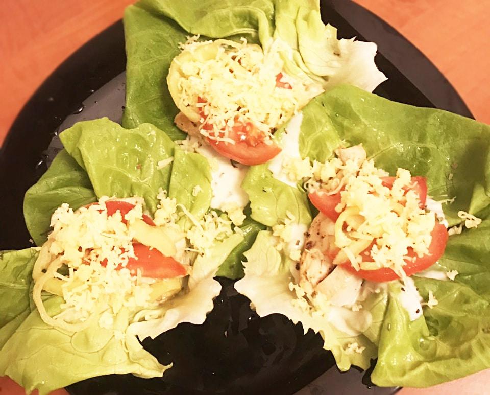Диетическая закуска-салат с помидорами и курицей