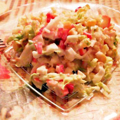 Салат из пекинской капусты с крабами и кукурузой - рецепт с фото