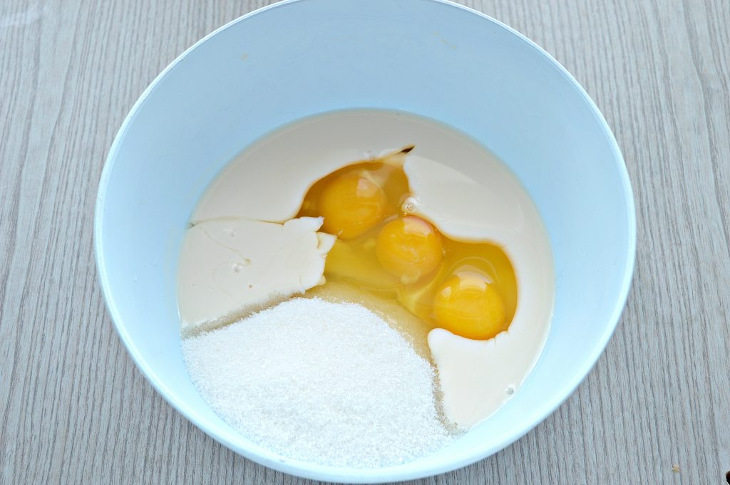 Фото рецепта - Яблочная шарлотка на ряженке - шаг 1