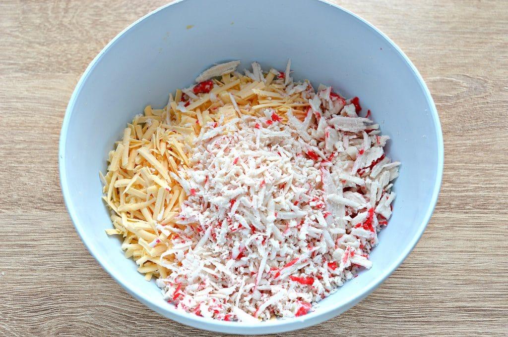Фото рецепта - Рулетики из лаваша с крабовыми палочками и сыром - шаг 1