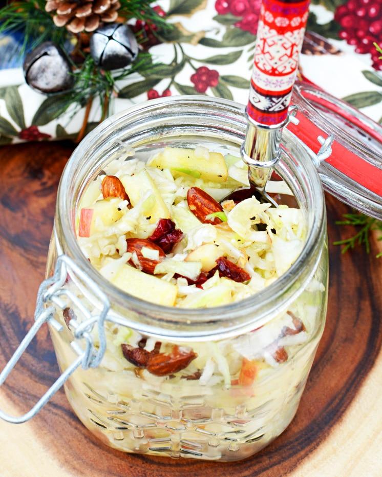 Капустно-яблочный салат с сухофруктами и орешками