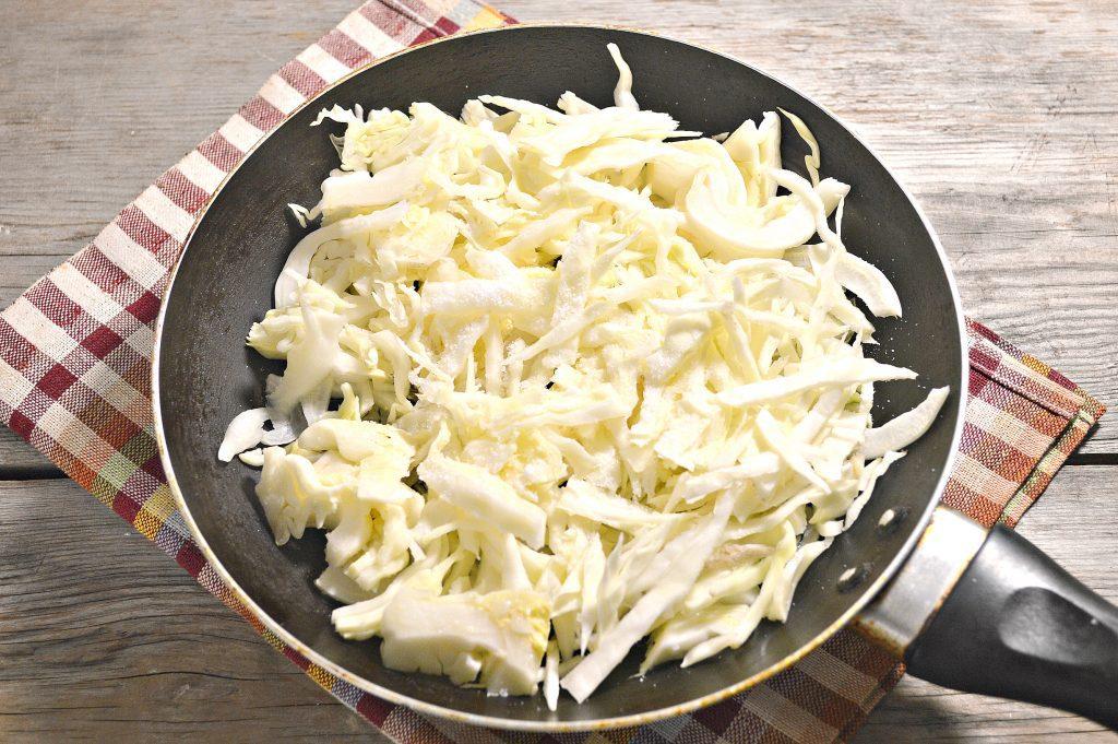 Фото рецепта - Капуста, жаренная с маринованными шампиньонами - шаг 1