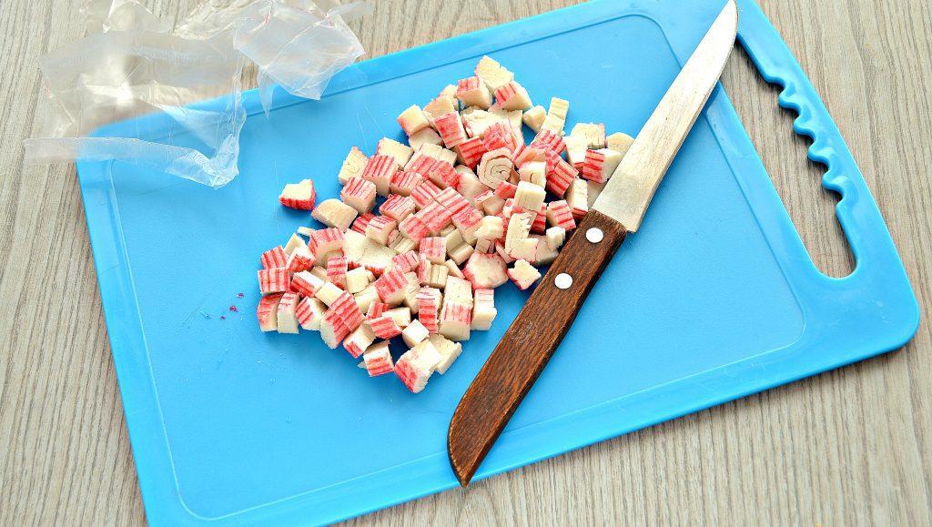 Фото рецепта - Крабовый салат с киви и кукурузой - шаг 1