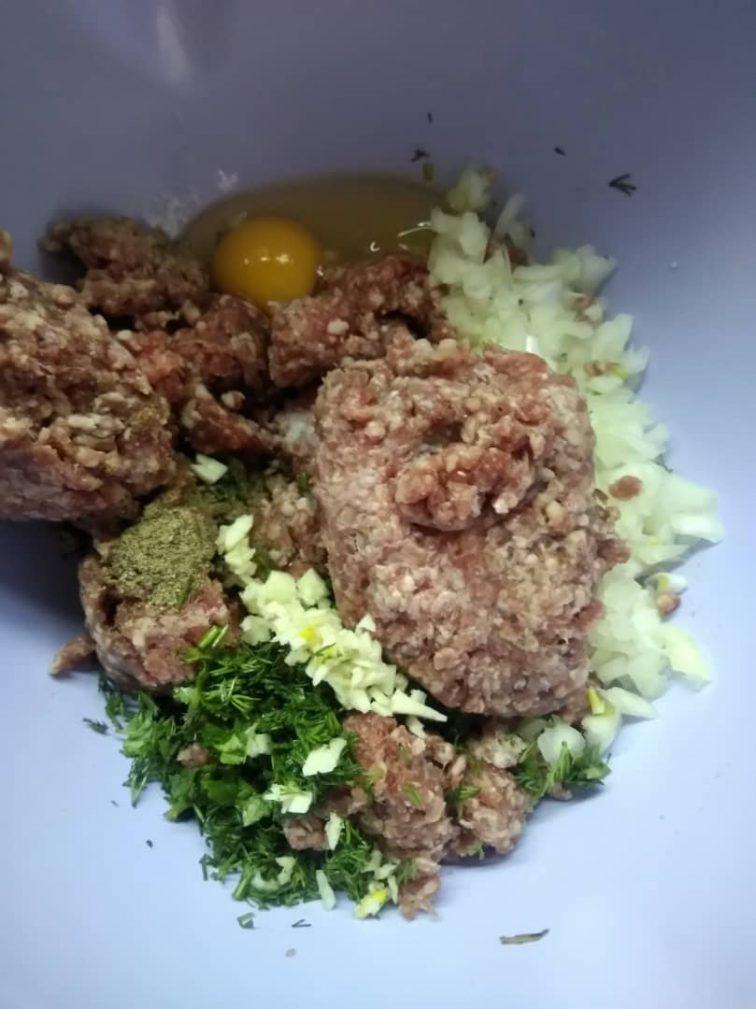 Фото рецепта - Тефтели в духовке под сыром и помидором - шаг 1