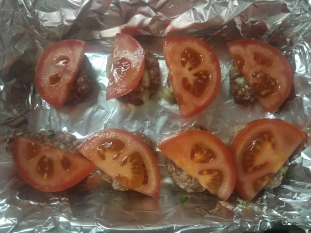 Фото рецепта - Тефтели в духовке под сыром и помидором - шаг 3