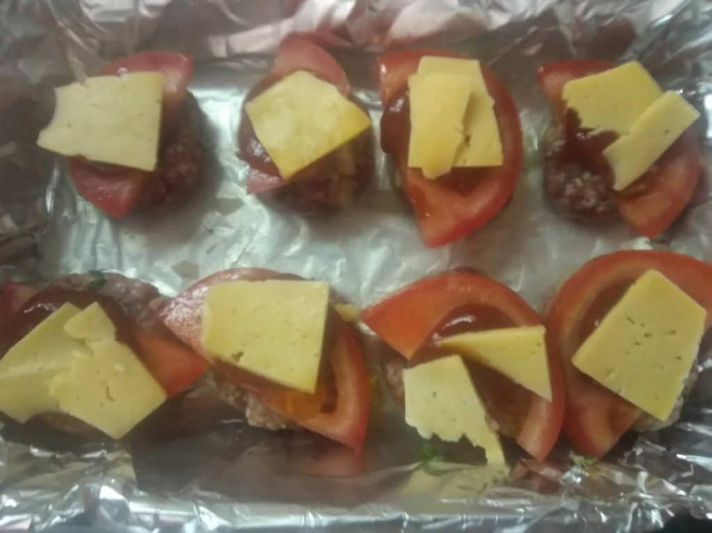 Фото рецепта - Тефтели в духовке под сыром и помидором - шаг 4