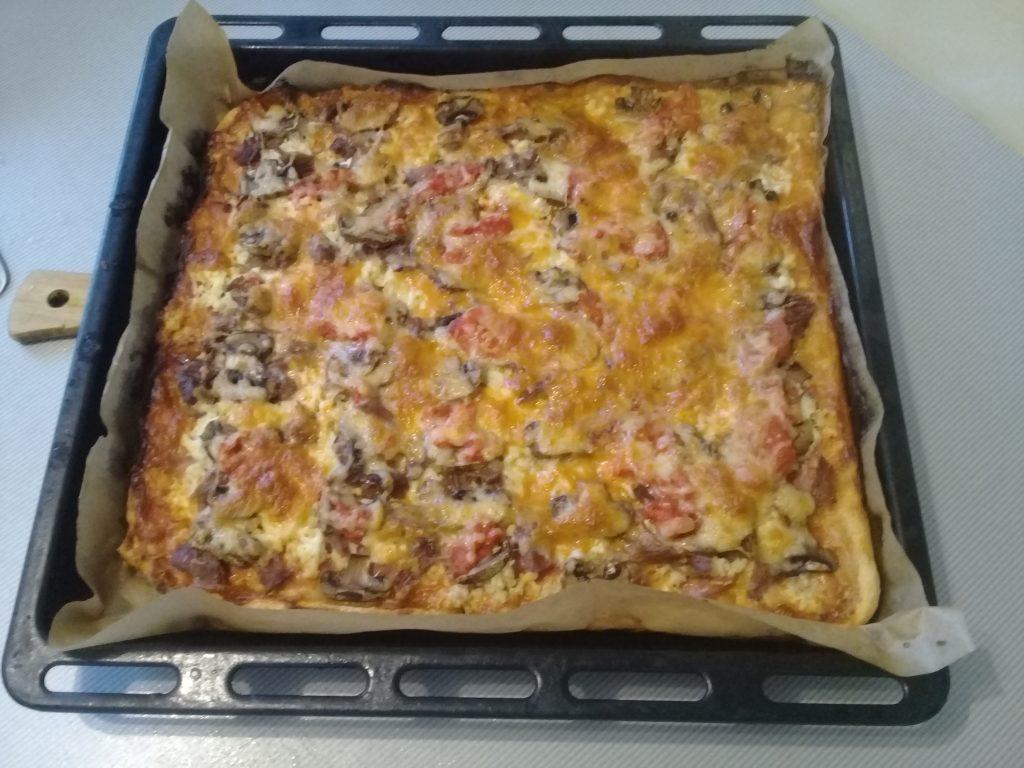Фото рецепта - Пицца «Ассорти» из замороженного теста с мясом, сыром и грибами - шаг 9