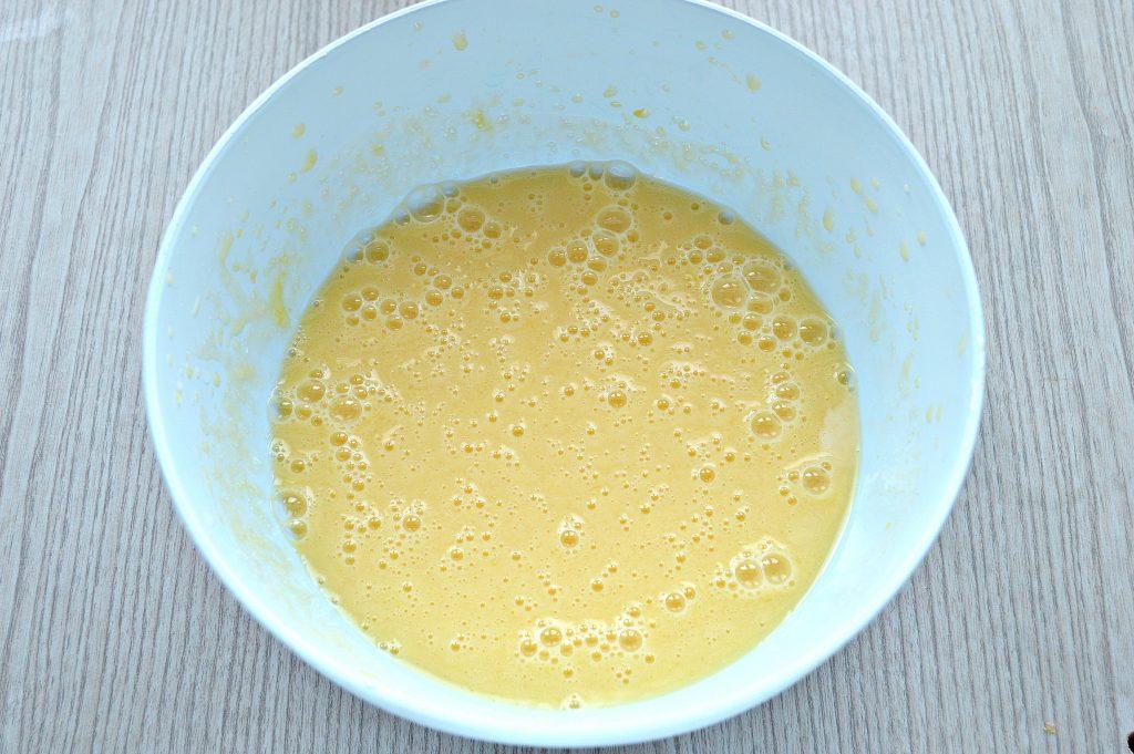 Фото рецепта - Яблочная шарлотка на ряженке - шаг 2