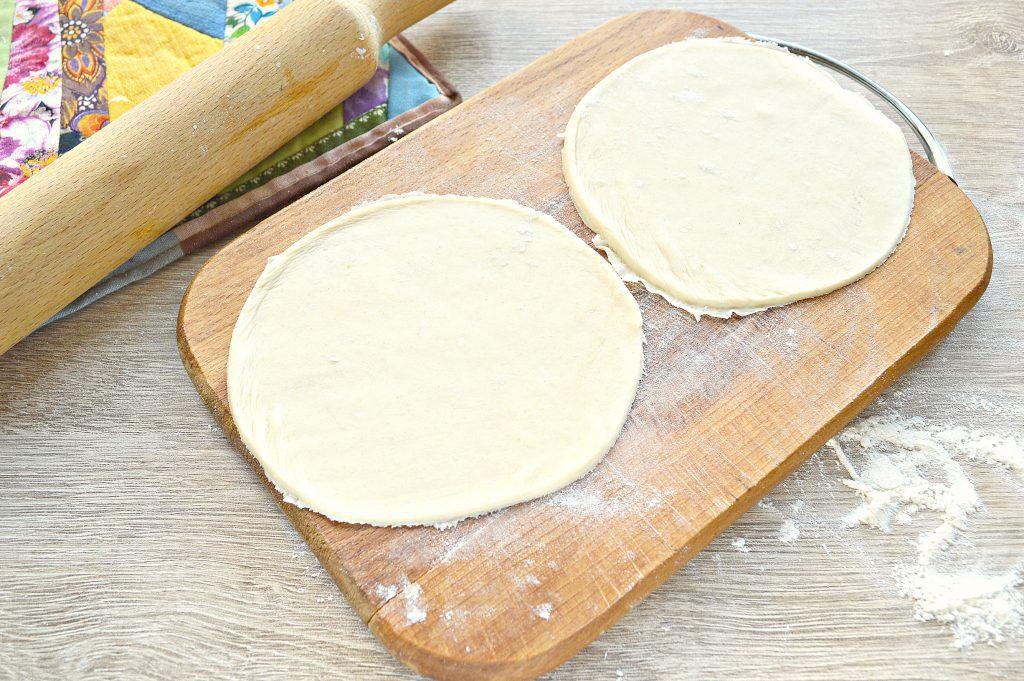 Фото рецепта - Чебуреки с творогом - шаг 2