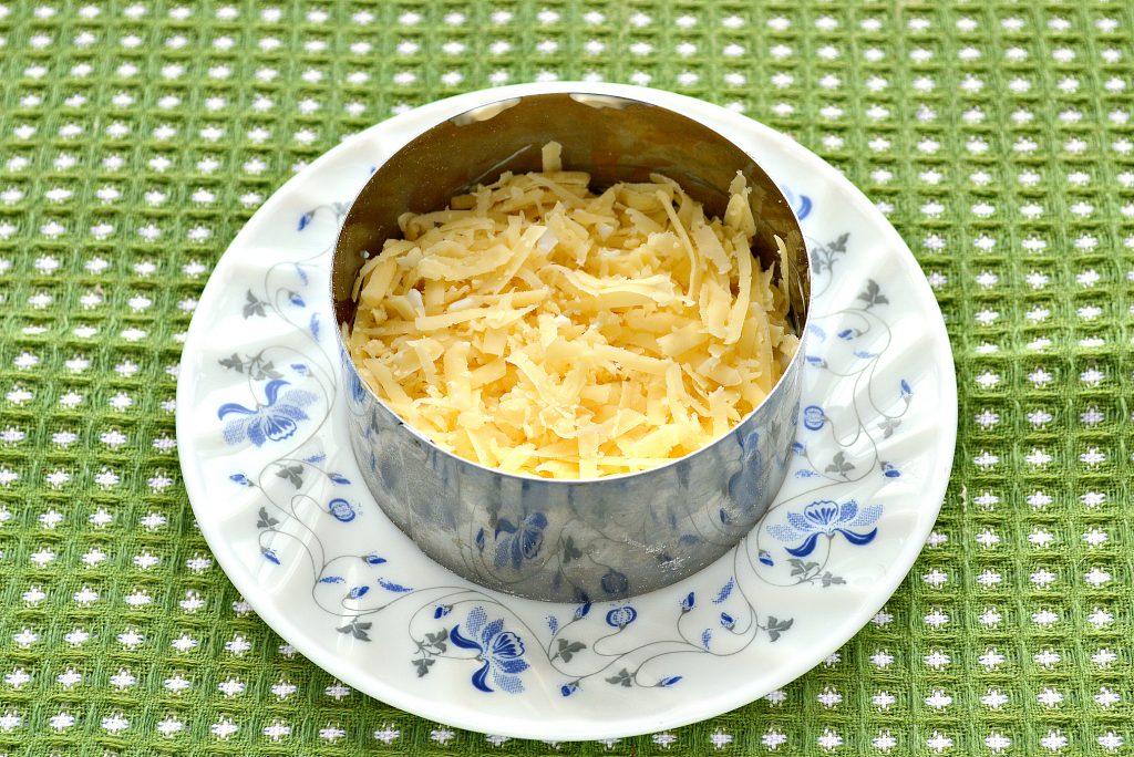 Фото рецепта - Слоеный салат с крабовыми палочками, сыром и яблоками - шаг 2