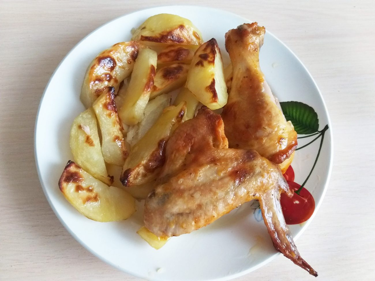 Праздничная сочная курочка с хрустящим картофелем в духовке