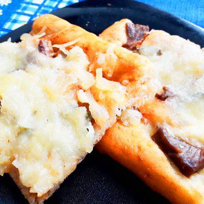Пицца на дрожжевом тесте с мясом - рецепт с фото