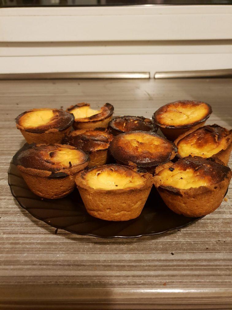 Фото рецепта - Кексы с творожной начинкой - шаг 4
