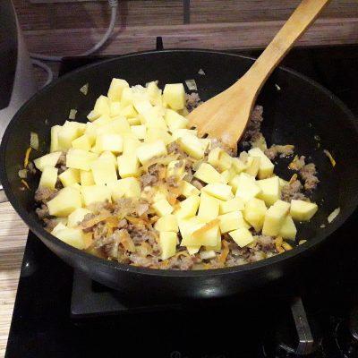Фото рецепта - Картофель, жаренный с фаршем - шаг 6