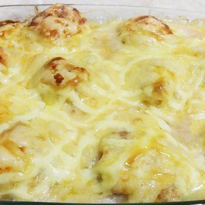 Запеканка из картофельного пюре и тефтелей из индейки под сыром - рецепт с фото